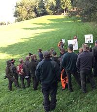 Angehende Jäger besuchen einen Jagdkurs.