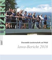 Titelbild: Mitarbeitende auf einer Brücke