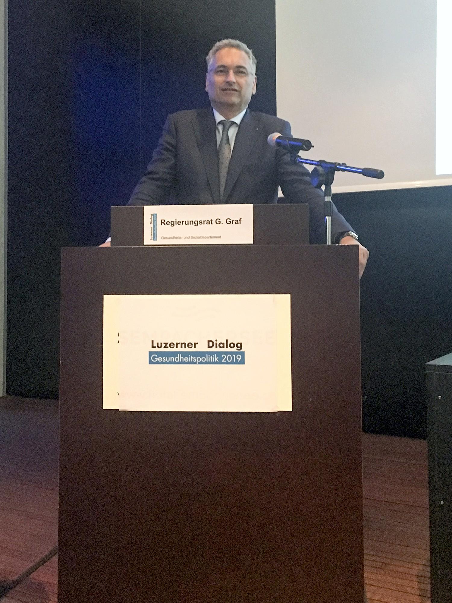Regierungsrat Guido Graf begrüsst am 6. Luzerner Dialog Gesundheitspolitik 2019 die Teilnehmenden